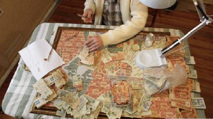Pelukis mencipta lukisan dari uang kertas. Foto: Dok. Merdeka/Iqbal S Nugroho