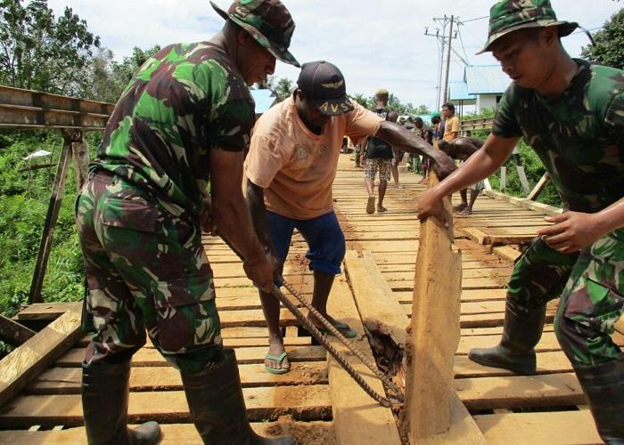 Satgas Yonif Raider 500 Sikatan berinisiatif untuk melakukan pembangunan di Mindiptana, Papua lantaran minim infrastruktur. Foto: Istimewa