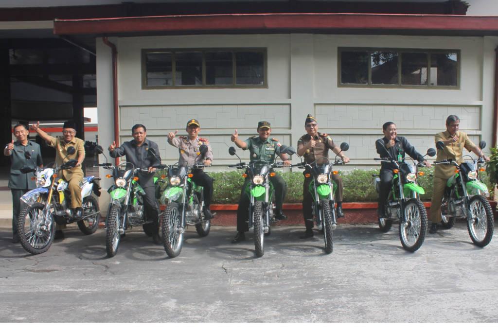 Pemkab Nganjuk serahkan 7 unit kendaraan operasional kepada Fompida Nganjuki. Foto: Dok. Kodim Nganjuk