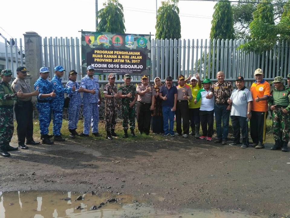 Sebanyak 378 orang terdiri dari TNI, Polri dan masyarakat melakukan penanaman pohon di sepanjang jalur Krian-Mojokerto. Senin, 8 Januari 2018 sebagai program penghijauan. Foto: Dok. Penrem/Kodim 0816 Tuban