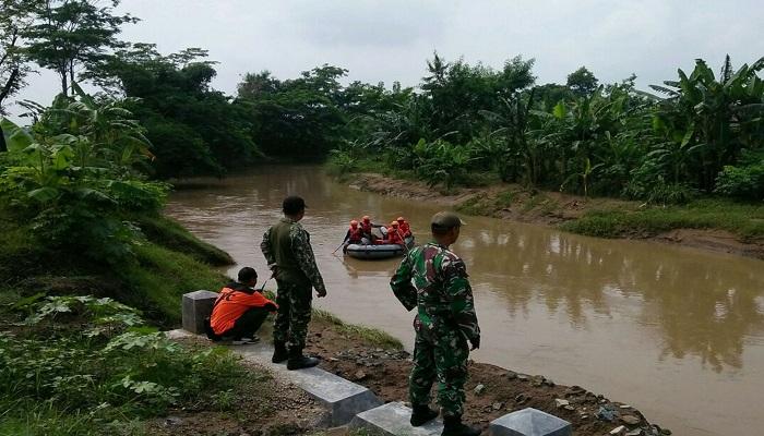 Petugas TNI dan SAR masih mencari seorang remaja korban tenggelam di Sungai genting, Ponorogo. Foto: Istimewa/NusantaraNews