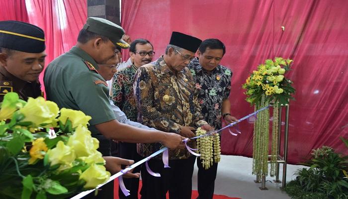 Plt Bupati Nganjuk meresmikan pembangunan gedung Instalasi Farmasi Kabupaten. Foto: Dok. NusantaraNews