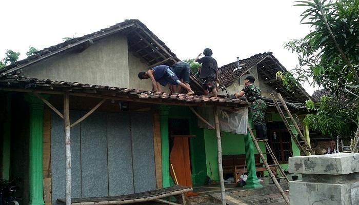 Angin puting beliung rusak lima rumah warga di Ds. Joho Kecamatan Pace, Kabupaten Nganjuk, Jawa Timur, Kamis (25/01/18). Foto: Dok. Istimewa/NusantaraNews