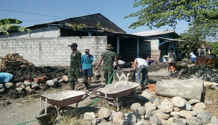 Babinsa dan masyarakat gotong royong perbaiki saluran drainase di Desa Bongsopotro, Madiun, Jatim. Foto: Dok. Kodim 0803 Madiun
