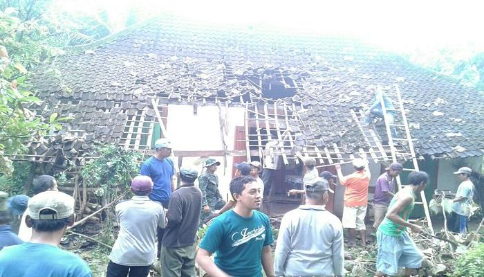 Babinsa Kesamben Serda Eko dan masyarakat sekitar membenahi rumah seorang warga. Foto: Dok. Istimewa/NusantaraNews