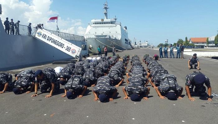 Prajurit TNI AL sujud syukur telah berhasil mengikuti Latihan Bersama (Latma) Multilateral Rim of the Pacific (Rimpac) 2016. Foto: Dok. Istimewa