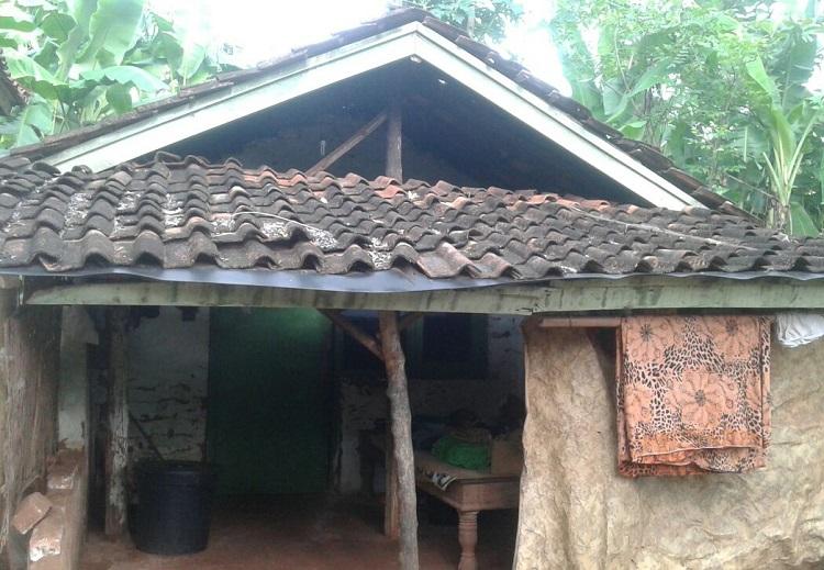 Salah satu kondisi rumah warga Desa Jadung yang hidup dibawah garis kemiskinan (Foto Mahdi)