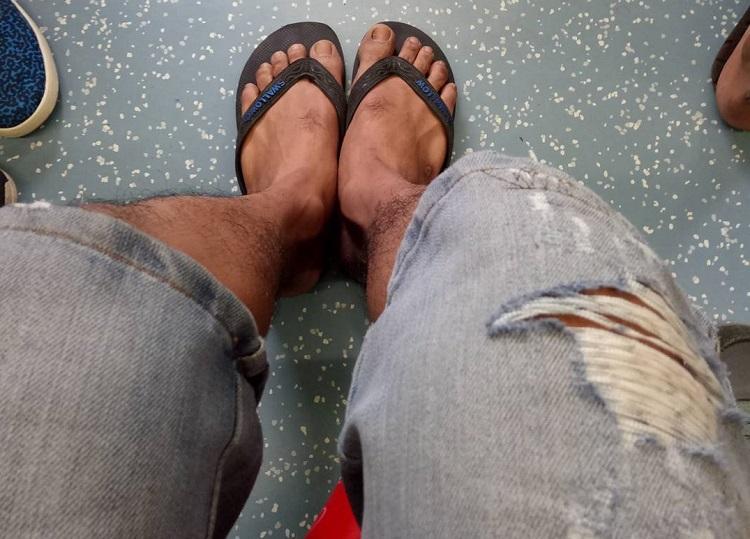 Pamer sandal jepit (Foto Istimewa)
