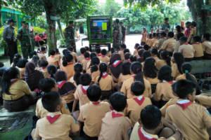 Anggota Koramil 0808/01 Kota Kodim 0808/Blitar menjelaskan tentang Simokos di SDN 1 Bendo, Blitar. Foto: Amrin/NusantaraNews