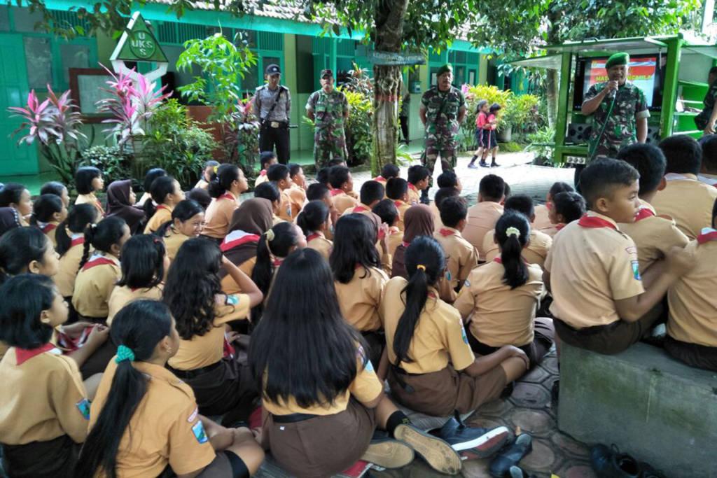 Anggota Koramil 0808/01 Kota Kodim 0808/Blitar Pelda Ponimin menjelaskan tentang Simokos di SDN 1 Bendo, Blitar. Foto: Amrin/NusantaraNews