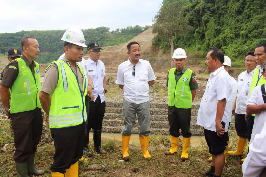 Forkopimda Kabupaten Ponorogo melakukan peninjauan ke wilayah terjadinya bencana banjir di Dusun Bendo Desa Ngindeng Kecamatan Sawoo. Foto: Ahmad Rantelino