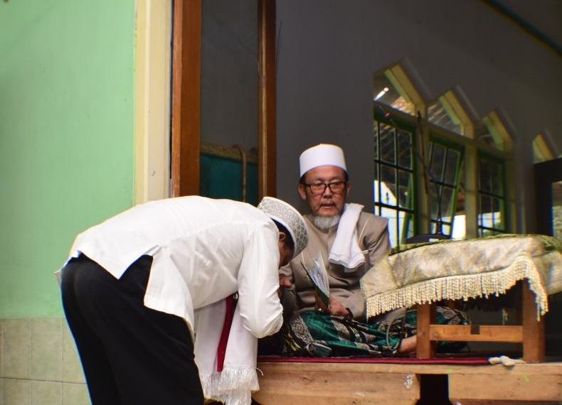 Anton Charliyan cium tangan KH Ceng Mimar (Foto: Istimewa/Nusantaranews)