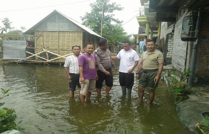 Aksi kemanusiaan para Babinsa dan Babinkamtibmas Kecamatan Babat dalam penanggulangan banjir. Foto: Dok. Penrem