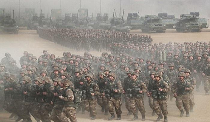 Tentara Pembebasan Rakyat China berkumpul mendengarkan arahan dan pidato Presiden Xi Jinping di Baoding, Provinsi Hebei pada Rabu 3 Januari 2018. Foto: Xinhua/REX/Shutterstock