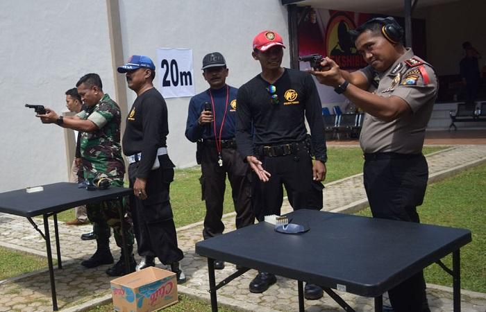 Kapolres Tuban AKBP Sutrisno HR dan Dandim 0811 Tuban Letkol Inf Nur Wicahyono ikuti adu tembak. (Foto: Istimewa)