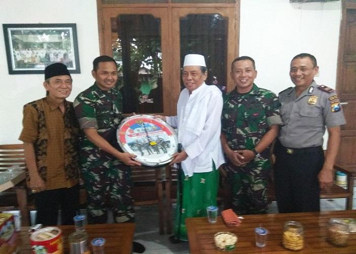 Letkol Kav Dwi Agung Sutrisno bersama Danramil Mojo Kapten Inf Mujiono dan Kapolsek Mojo AKP Sokieb Dimyati mengunjungi Ponpes Al Falah Ploso Mojo. (Foto: Istimewa)