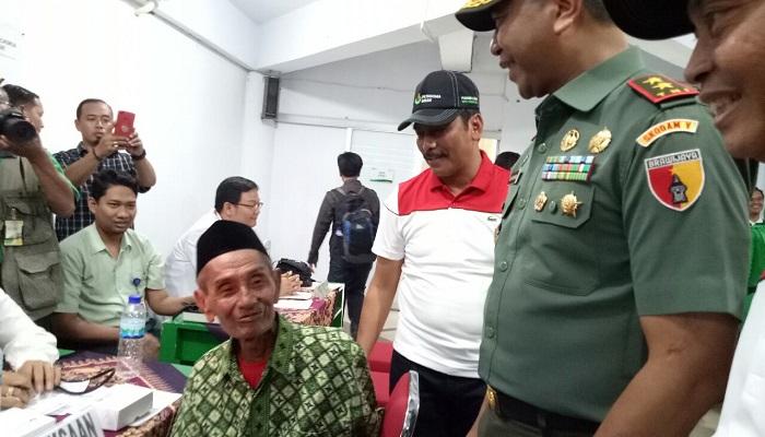 Pangdam V Brawijaya membagikan sembako dalam kegiatan di Gresik, Jawa Timur. (Foto: Dok. Istimewa/NusantaraNews)