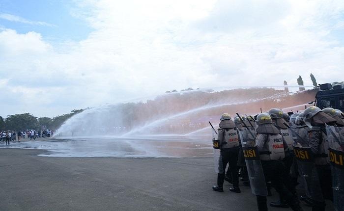 Anggota Kepolisian Jawa Timur melakukan aksi blokade pengamanan massa. (Foto: Istimewa)