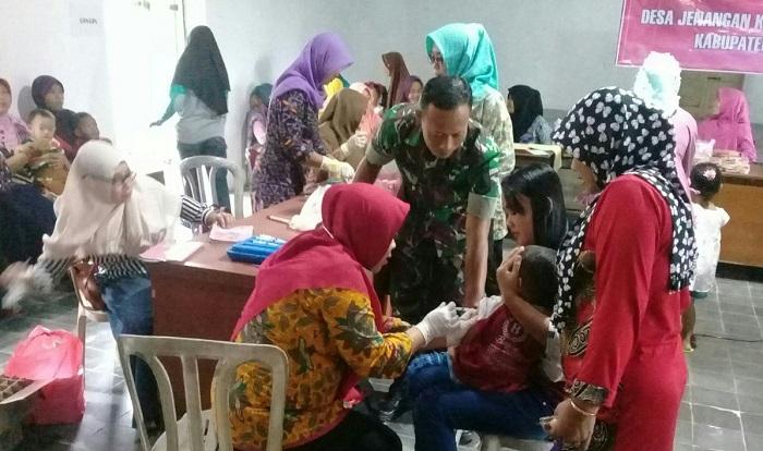 Cegah Penyakit Difteri, TNI Ponorogo Terjun Langsung Lakukan Imunisasi. Foto: Muh Nurcholis/ NusantaraNews