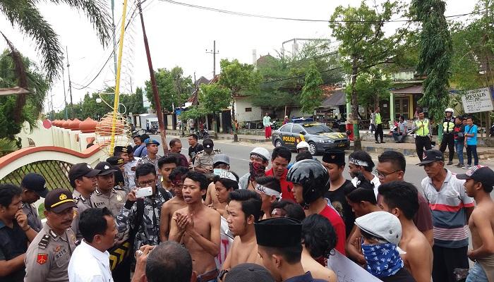 Gerakan Mahasiswa Ekstra Parlemen (Gempar) melakukan aksi demontrasi di depan Kantor Bupati Sumemep. (Foto: Mahdi Alhabib/NusantaraNews)