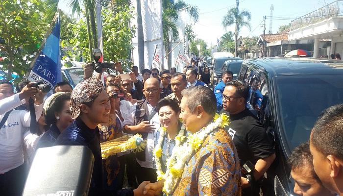 Susilo Bambang Yudhoyono (SBY) bersama Ani Yudhoyono ke Lapangan Purwodadi, Kecamatan Barat, Kabupaten Magetan, Jawa Timur, Selasa (27/2/2018). (Foto: Muh Nurcholis/NusantaraNews)