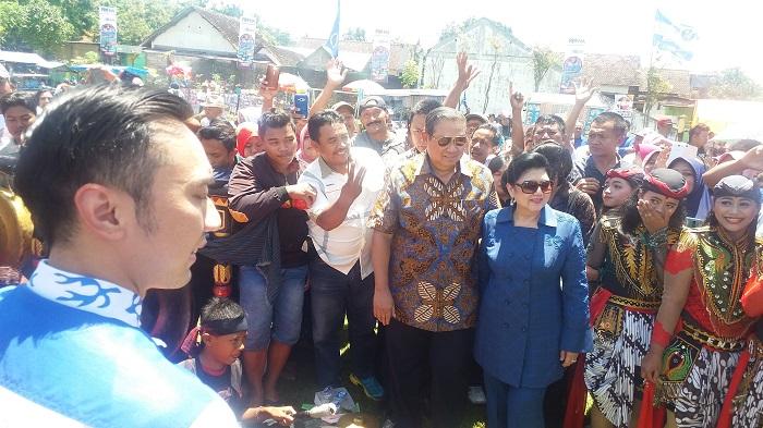 Disela-sela dampingi SBY bersama Ani ke Lapangan Purwodadi, Kabupaten Magetan, Selasa (27/2/2018) dalam rangka Pemantapan Pemenangan Pasangan Cabup-Cawabup No. 3, Suprawoto - Nanik Endang Rusminiati (Prona), Edhie Baskoro Yudhoyono atau Ibas mengajak masyarakat Magetan menyukseskan gelaran pesta demokrasi Pilkada Magetan 2018 ini. (FOTO: NUSANTARANEWS.CO/Muh Nurcholis)