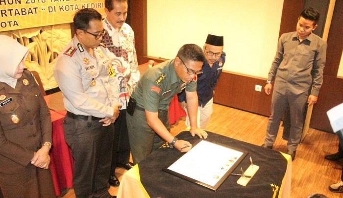 Penandatanganan komitmen kebersamaan TNI, Polri, KPU, Panwaslu dan Kajari dilakukan hari ini Selasa (06/02/2018) di Hotel Lotus Garden Kota Kediri. Foto Penrem 082/CPYJ/ Nusantaranews
