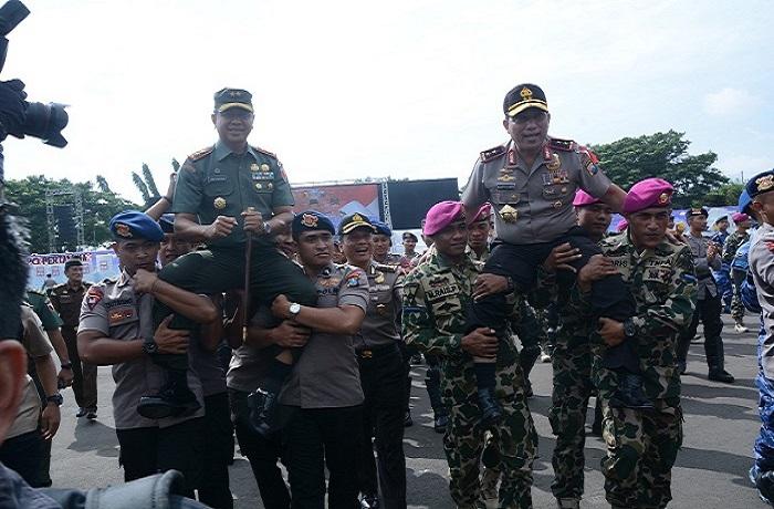 Kebersamaan TNI dan Polri usai melaksanakan Sispamkota di Jawa Timur. (Foto: Istimewa)