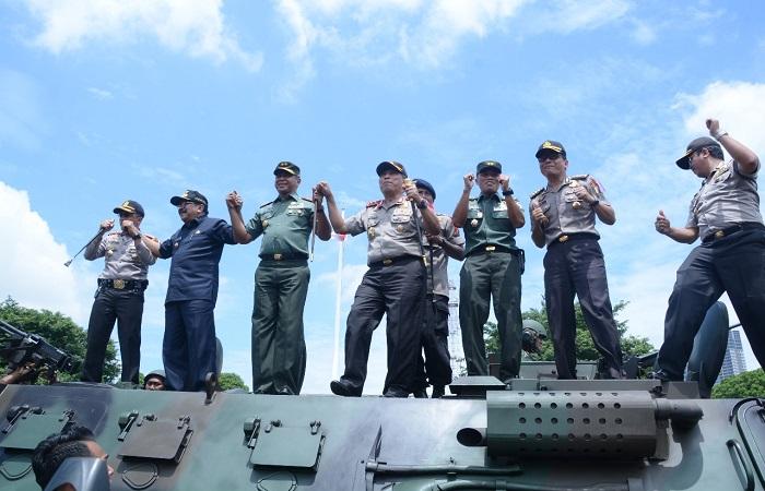 Gubernur Jawa Timur Soekarwo, Pangdam V Brawijaya Mayjen TNI Arfi Rahman dan Kapolda Jawa Timur Irjen Pol Machfud Arifin menghadiri acara simulasi pengamanan kota (Sispamkota) di Surabaya. (Foto: Istimewa)