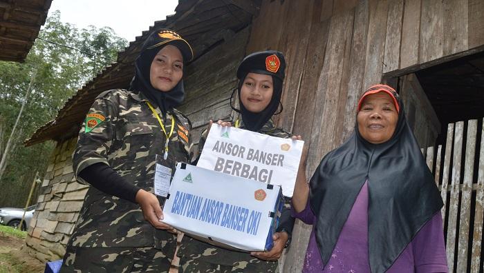 Di sela kaderisasi, PC GP Ansor Banser OKI juga berbagi kebutuhan pokok untuk warga setempat yang perlu bantuan. (FOTO: Humas Ansor)