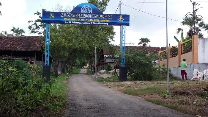 Gapura masuk Desa Rombasan yang ditetapkan sebagai kampung KB. (FOTO: NUSANTARANEWS.CO/Mahdi)