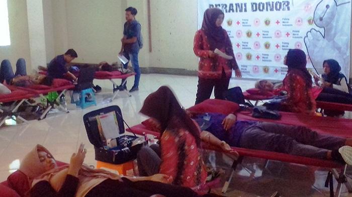 Universitas Muria Kudus (UMK) menjadi salah satu mitra penting Unit Transfusi Darah (UTD) PMI Kabupaten Kudus dalam menyelenggarakan donor darah. (FOTO: NUSANTARANEWS.CO/ROSIDI)