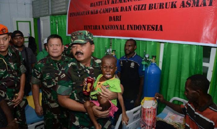 Panglima TNI Marsekal Hadi Tjahjanto bersama salah satu anak-anak Asmat. Foto: portal-komando.com