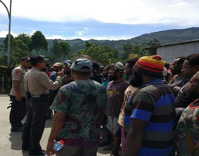 Polres Tolikara bekerja sama dengan tokoh masyarakat. (Foto: Kasrim/NusantaraNews)