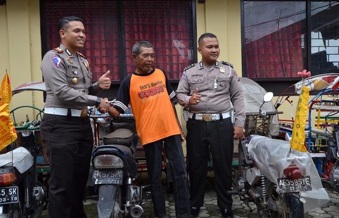 Satuan Lantas Polres Ponorogo menyerahkan satu becak motor yang sudah membayar denda di pengadilan Negeri Ponorogo. (Foto: Muh Nurcholis/NusantaraNews)