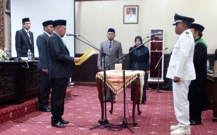 Bupati Sumenep KH. Abuya Busyro Karim melantik secara langsung Ach. Wail sebagai Kepala Desa Guluk Guluk. Foto: NusantaraNews/Mahdi