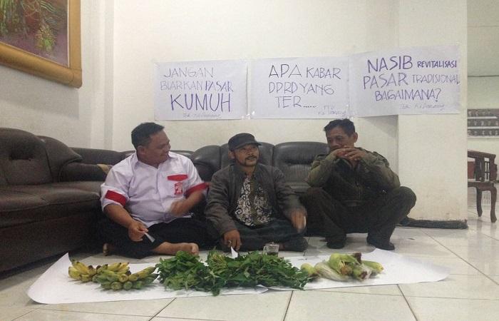 Masyarakat berjualan sayur di Gedung DPRD Sumenep Madura sebagai wujud protes pasar tradisional yang tidak dikelola. (Foto: Mahdi Alhabib/NusantaraNews)