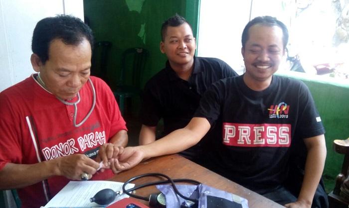 Jurnalis yang tergabung dalam Komunitas Wartawan Ponorogo (KWP) berhasil mengumpulkan 69 kantong darah dalam kegiatan donor darah memperingati Hari Pers Nasional (HPN) 2018 diadakan bekerjasama dengan UTD PMI Cabang Ponorogo, Jum'at (9/2/2018) pagi. Foto Nusantaranews.co/ Muh Nurcholis