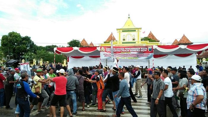 Suasana simulasi pengamanan Pilgub Jatim 2018 di depan Masjid Jamik Sumenep. Foto: Nusantaranews.co/ Mahdi Al Habib