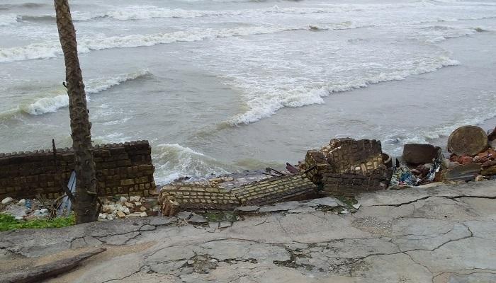 Rumah ambruk akibat pasang air laut di daerah Ambunten, Sumenep. Foto Fathollah/ Nusantaranews