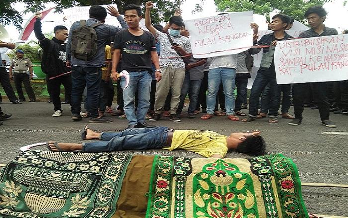 Mahasiswa Ikatan Mahasiswa Kangean (IKM) Kabupaten Sumenep, melakukan aksi demontrasi ke Mapolres Sumenep Madura, Jawa Timur (Jatim) Kamis, 15 Februari 2018. (Foto: Mahdi Alhabib/NusantaraNews)