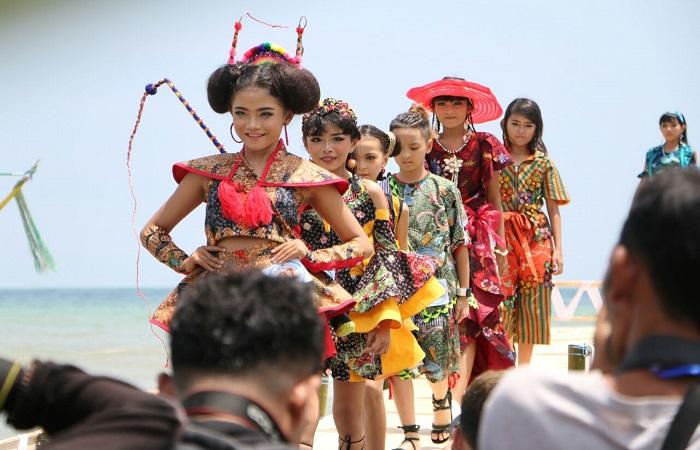 Festival Batik On The Sea di Pantai Lombang Sumenep. (Foto: Mahdi Alhabib/NusantaraNews)
