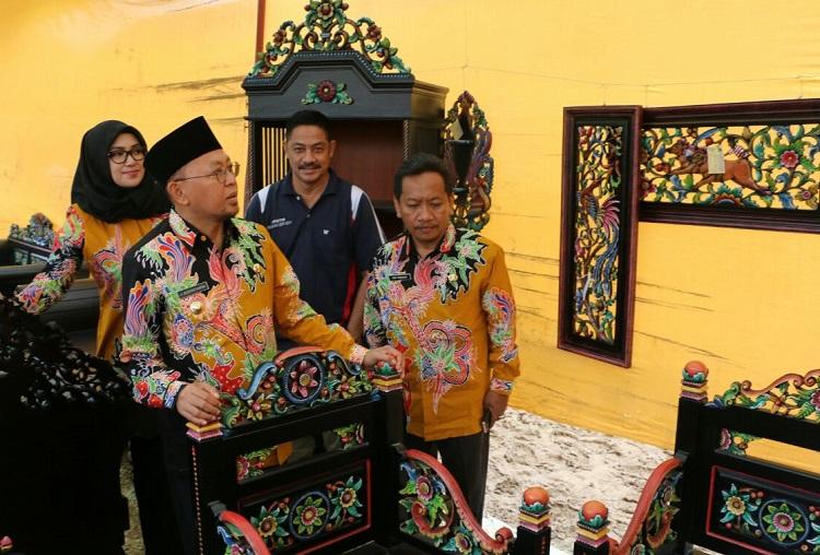 Imam Trisnohadi bersama Bupati Sumenep dan pengrajin ukir meninjau hasil seni ukir di Desa Karduluk (Foto Mahdi/Nusantaranews.co)