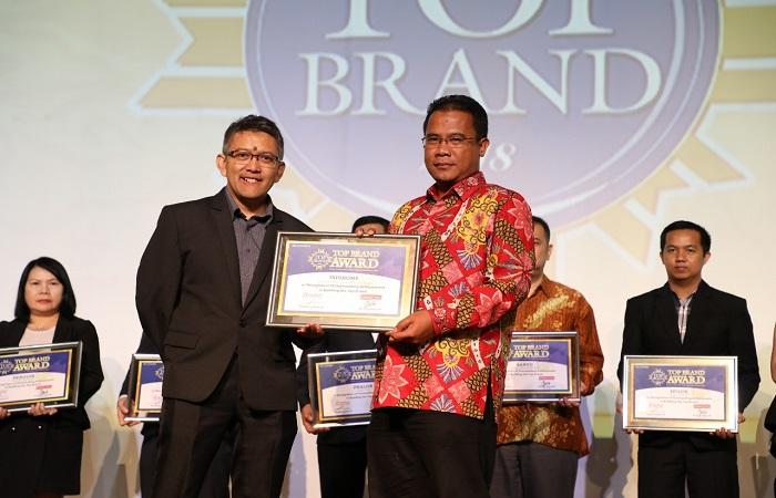 AVP Marketing Communication Telkom Mustakim Wahyudi bersama Managing Director Marketing Group Adyo Bawono saat menerima penghargaan TOP Brand Award untuk kategori Internet Service Provider Fixed Terbaik di Jakarta (20/2/2018). (Foto: Istimewa/NusantaraNews)