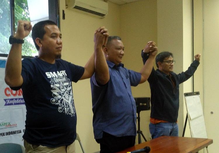 Para pimpinan buruh dari KSPI dan FSPMI saat konferensi pers di Gedung LBH, Jakarta Pusat (Foto Romandhon/Nusantaranews)