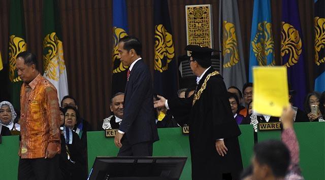 Kartu Kuning Buat Jokowi dari Ketua BEM UI. Foto: Pikiran Rakyat