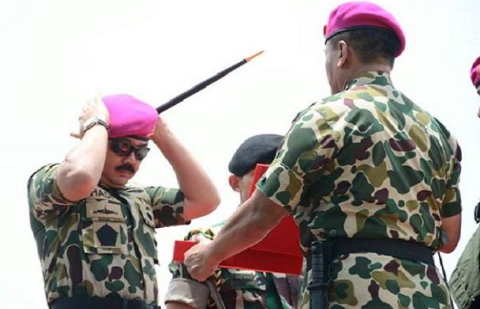 Panglima TNI Marsekal Hadi Tjahjanto dikukuhkan sebagai warga kehormatan Korps Marinir. (Foto: Puspen TNI)