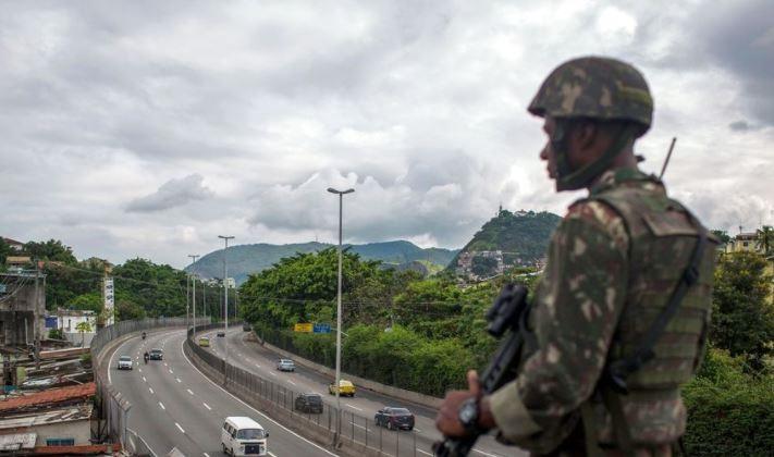 Militer Brasil ambil alih komando mengembalikan stabilitas keamanan di negara bagian Rio de Jajeiro. (Foto: Zero Hedge/LongRoom News)
