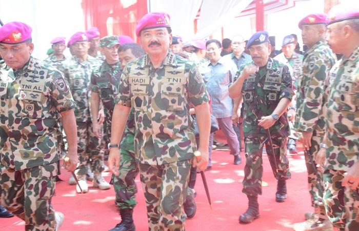 Prosesi pengukuhan Panglima TNI Marsekal Hadi Tjahjanto sebagai warga kehormatan Korps Marinir di Malang, Jawa Timur, 22 Februari 2018. (Foto: Istimewa/NusantaraNews)