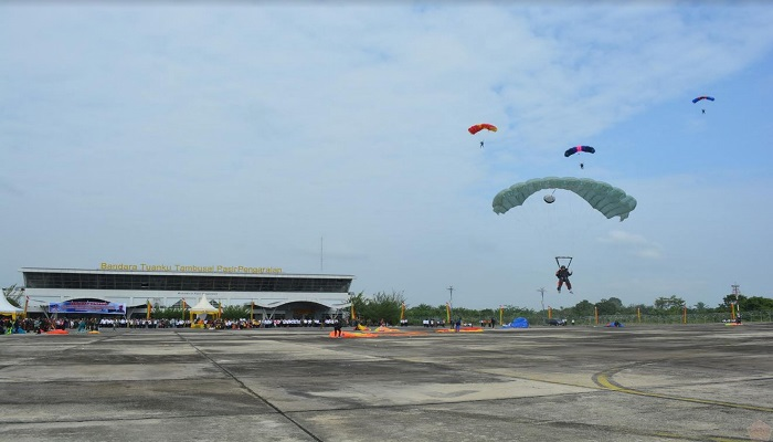Batalyon Komando 462 Korps Pasukan Khas (Paskhas) TNI Angkatan Udara menggelar latihan terjun payung di Bandara Tuanku Tambusasi Pasir Pangaraian Kabupaten Rokan Hulu (Rohul) Provinsi Riau. (Foto: Puspen TNI)